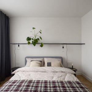 W sypialni dominuje jasna kolorystyka. Projekt: pracowni 3XEL. Fot. Dariusz Jarząbek