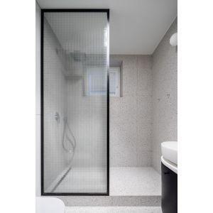 Prysznic, mimo dużych rozmiarów, nie dominuje w łazience.  Projekt: pracowni 3XEL. Fot. Dariusz Jarząbek