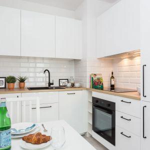 Mała kuchnia w bieli. Projekt Deer Design