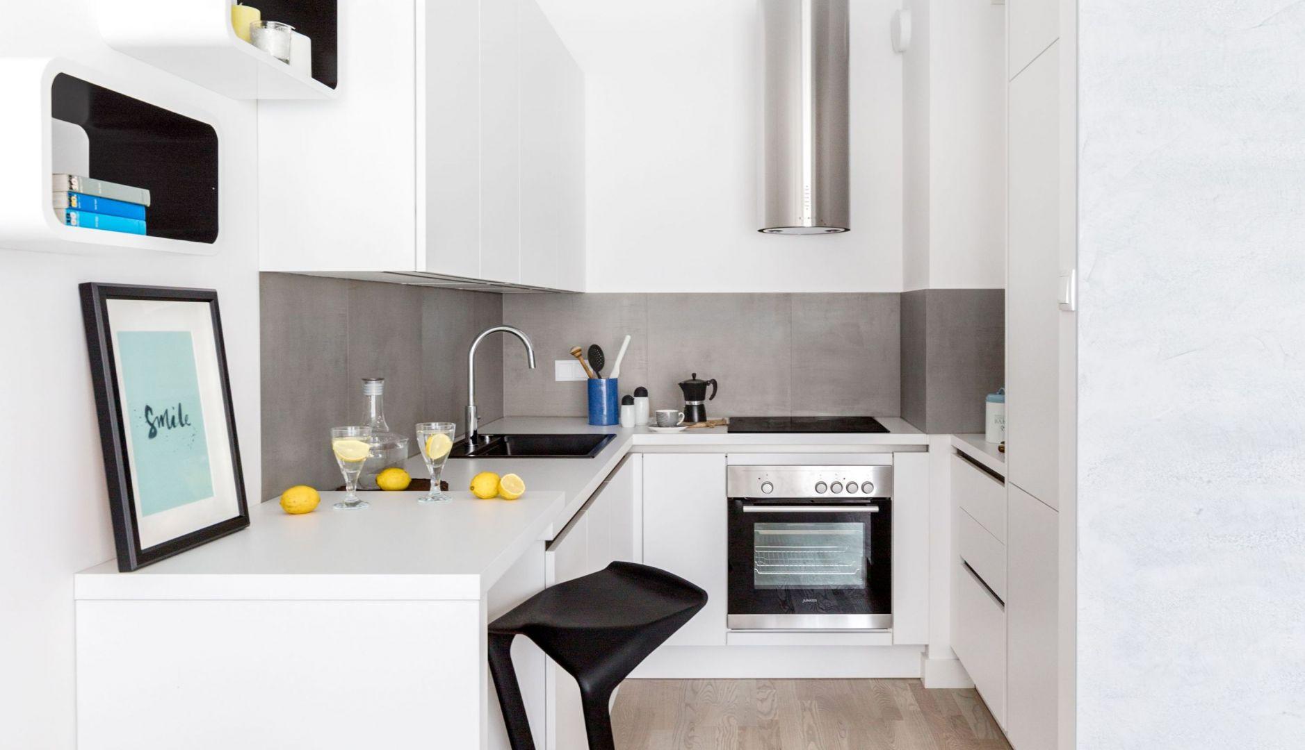 Biała kuchnia w bloku. Projekt Decoroom. Fot. Pion Poziom