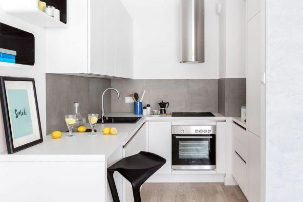 Nie jest tajemnicą, że jasne kolory we wnętrzach doskonale powiększają przestrzeń. W tej roli najlepiej sprawdza się biel. W kuchennych aranżacjach od lat cieszy się niesłabnącą popularnością. Nic więc dziwnego, że małe kuchnie w blokach