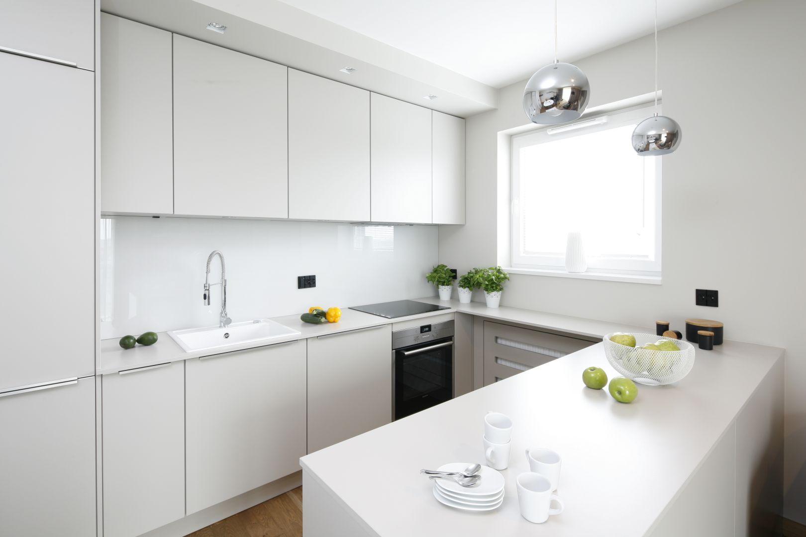 Biała kuchnia w kształcie litery U. BiałProjekt Katarzyna Uszok. Fot. Bartosz Jarosz