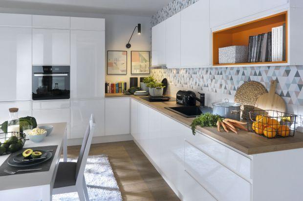 Biała kuchnia nie wychodzi z mody. Biały kolor jest niezwykle elegancki, ponadczasowy, a przy tym optycznie powiększa wnętrze.