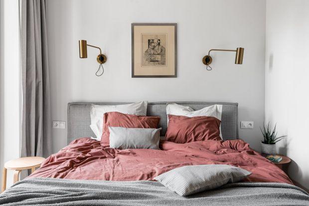 Nie wiesz jak wykończyć ścianę za łóżkiem w sypialni? Szukasz porad i inspiracji? Zastanawiasz się czy lepiej wybrać tapetę, farbę czy tapicerowany zagłówek? Postaramy się pomóc. Zobacz gotowe aranżacje i świetne pomysły na wykończenie