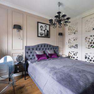 Ściana za łóżkiem wykończona jest sztukaterią w przytulnym, beżowym kolorze. Projekt: Dariusz Grabowski. Fot. Paweł Martyniuk
