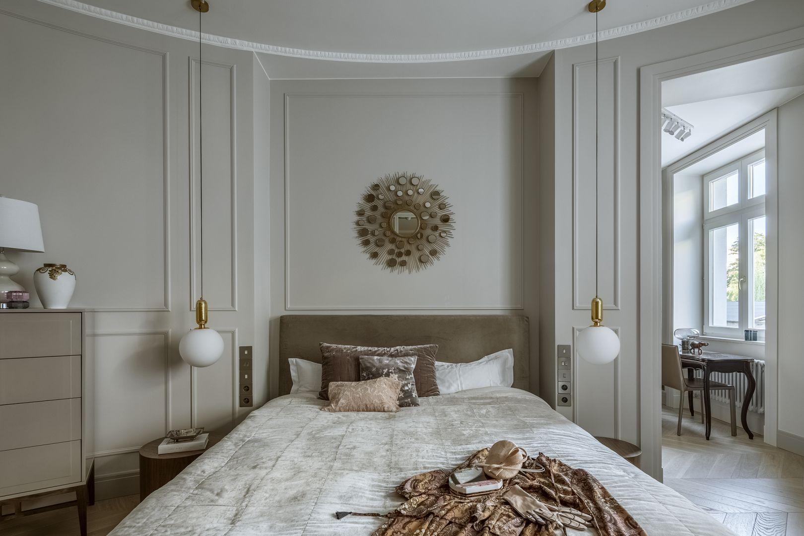 Ściana za łóżkiem wykończona jest sztukaterią w jasnym kolorze. Projekt: Monika i Adam Bronikowscy, Hola Design. Fot. Yassen Hristov. Stylizacja: Patrycja Rabińska