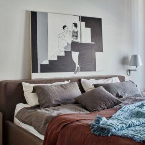 Ściana za łóżkiem w sypialni wykończona jest farbą w jasnym, szary kolorze. Na ścianie dumnie prezentuje się obraz Marty Kochanek-Zbroi. Projekt: Bibianna Stein-Ostaszewska (Bibi Space). Fot. Olo Studio