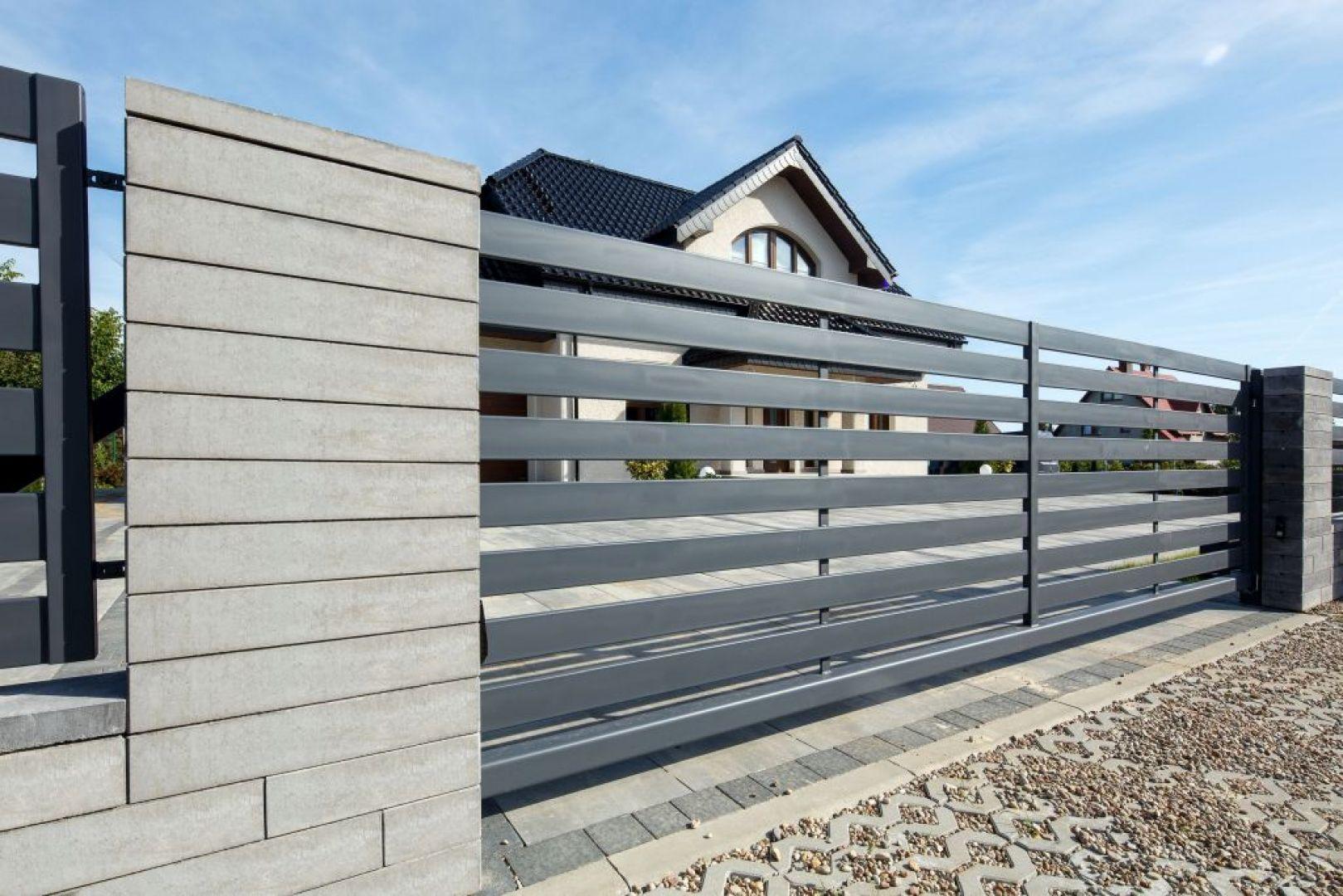 Ogrodzenie Neo dostępne jest w kolorze grafitowym i stalowym.