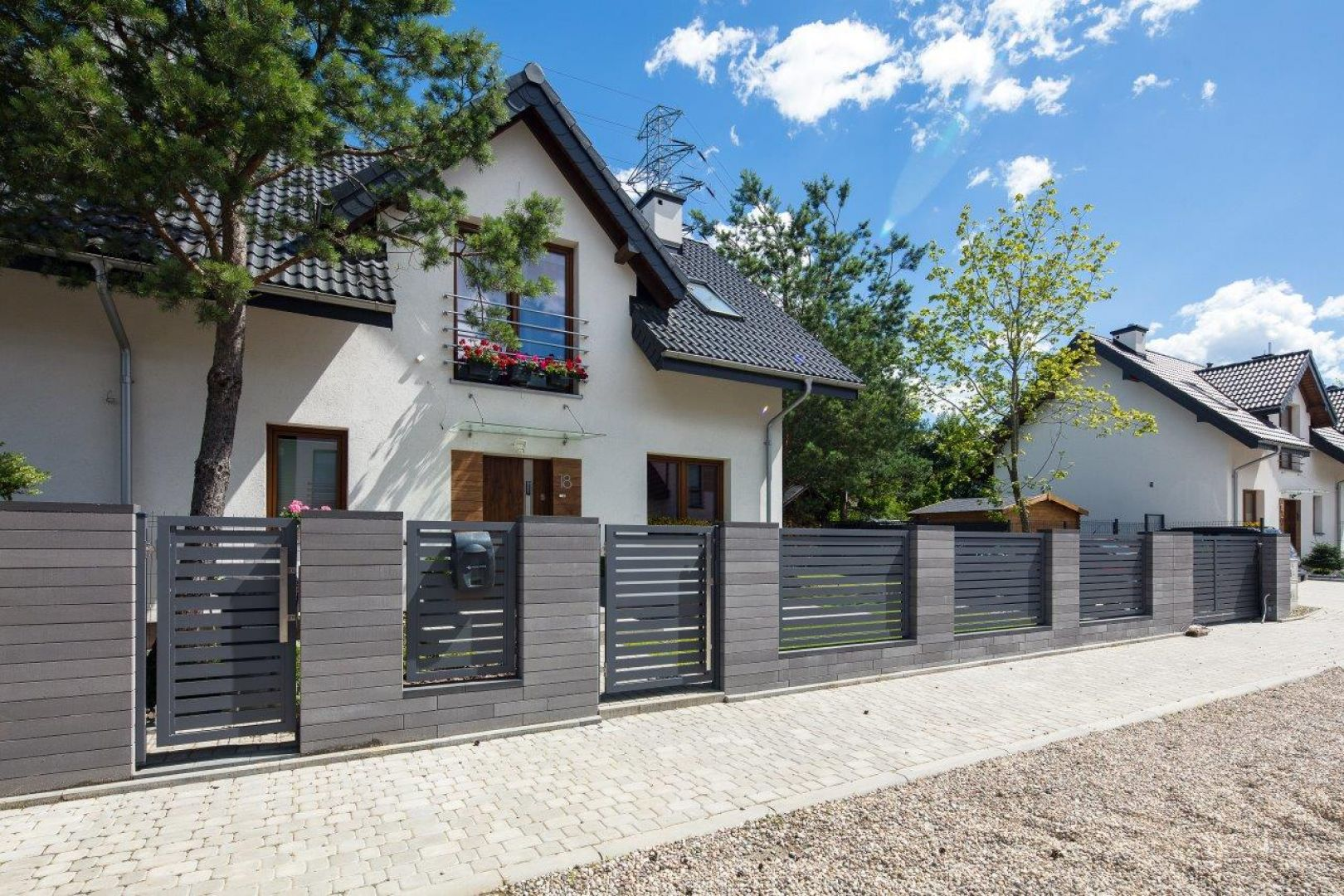 Beton cieszy się w ostatnich latach dużą popularnością, ogrodzeń. Fot. Polbruk