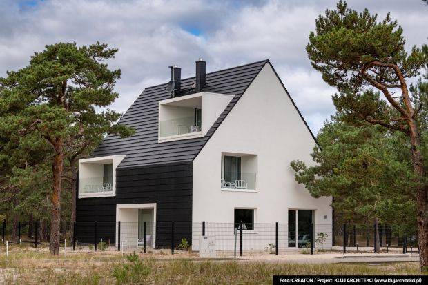 Minimalizm i styl industrialny – to jedne z najważniejszych trendów architektonicznych w 2021 roku. Estetyczna prostota brył współczesnych domów i budynków użytkowych dotyczy także pokryć dachowych. W tę stylistykę idealnie wpisują się pł