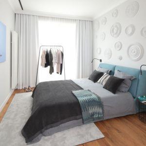 Ściana za łóżkiem w sypialni wykończona jest sztukaterią. Projekt: Katarzyna Mikulska-Sękalska. Fot. Bartosz Jarosz