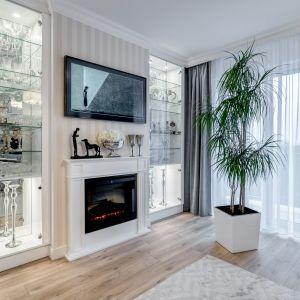 Ściana za telewizorem w salonie. Projekt Marta Piórkowska-Paluch. Fot. Andrzej Czechowicz