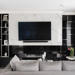 Ściana za telewizorem w salonie. Projekt Magdalena Miśkiewicz, Fot. Łukasz Zandecki