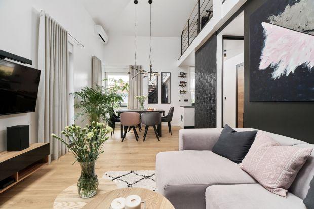 Mieszkanie o powierzchni 54 metrów kwadratowych znajduje się na wrocławskim Gaju.Przeszłogruntownym remont. Wnętrze w klimacie lat90-tych zmieniłosię nie do poznania. Teraz to wygodna, nowoczesna, jasna przestrzeń dostosowana dopotrzeb m