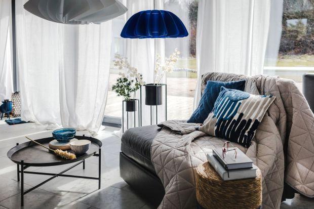 Nowy letni trend! Urządź wnętrze w stylu marynistycznym. Zachwyci ono świeżością i przytulnym, wakacyjnym klimatom. Postaw na kolory nieba i wody – biele zmieniają się w delikatne błękity, a te przechodzą w głębokie odcienie kobaltu i gran