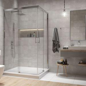Łazienka z prostokątną kabiną prysznicową narożną Free Zone z brodzikiem zapewnia dużo przestrzeni kąpielowej. Fot. Sanplast