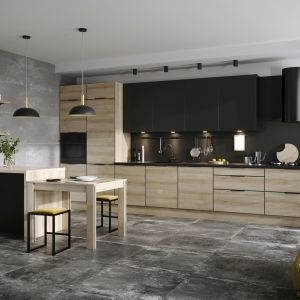 Czy szykowana czerń ma szansę zastąpić w naszych kuchniach dominującą do tej pory biel? Patrząc na efekty połączenia tej intensywnej barwy z dekorami drewna, nie mamy co do tego wątpliwości. Jest elegancko, z klasą i ponadczasowo. Fot. KAM