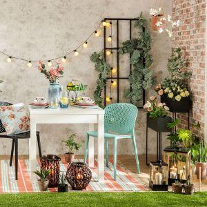 Meble ogrodowe wykonane są z materiałów o dużej wytrzymałości, dzięki czemu mogą służyć kilka sezonów. Fot. Salony Agata