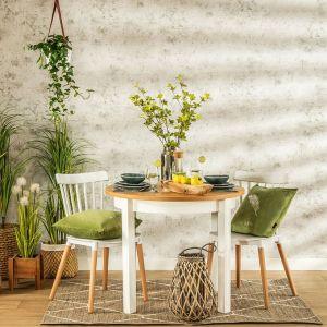 Jeśli miejsce Cię nie ogranicza, wybierz duży stół z kompletem krzeseł – w ten sposób urządzisz w swoim ogrodzie lub na tarasie drugą jadalnię. Fot. Salony Agata
