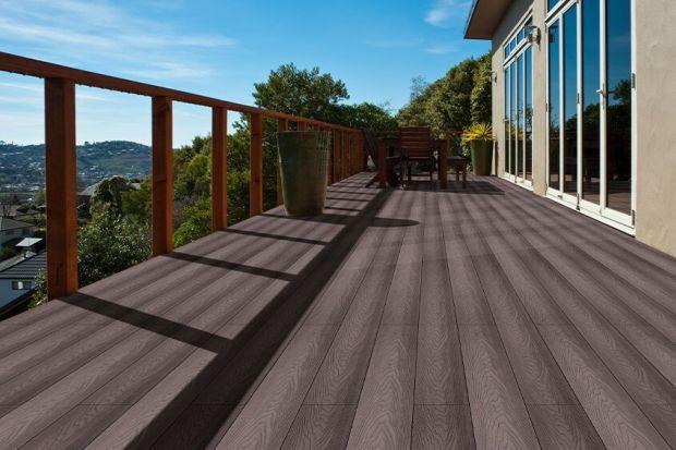 Taras kompozytowy to doskonała alternatywa dla naturalnego drewna. Jest trwały,odporny na warunki atmosferyczne i łatwy w montaż. Deki kompozytowe praktycznie nie potrzebują konserwacji.I pięknie wyglądają!