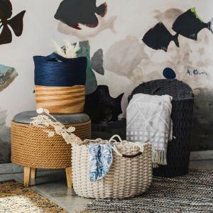 W kolekcji Ocean Vibe pojawiają się tu także sznury kojarzące się z klasyczną żeglarską liną oraz charakterystyczne bielone drewno. Fot. Home&You