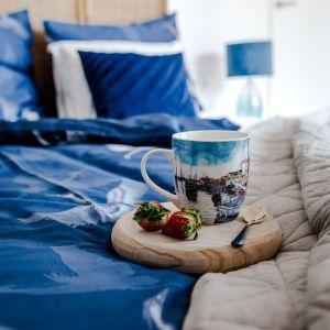 W zaciszu swojej sypialni, do snu ukołyszą Cię marynistyczne wzory obecne na tekstyliach – poszewkach, kocach i kompletach pościeli. Fot. Home&You