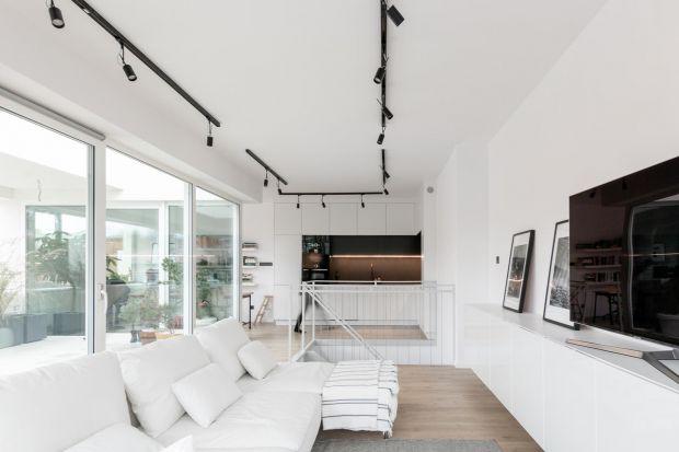 W tym apartamencie mieszkają miłośnicyprostych form i praktycznych rozwiązań.Wnętrze pięknie łączy elementy nowoczesności i minimalizmu. Dominują tu proste formy, biel, drewno oraz naturalne materiały. Są pięknie!<br /><br />