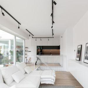 W salonie króluje minimalizm, proste form oraz biel ścian. Realizacja i zdjęcia: MÁS Estudio