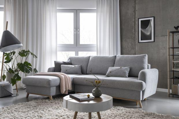 Narożnik to doskonały wybór małego salonu w bloku. Postaw na modelo prostej formie, lekki, na nóżkach, z funkcją spania oraz w modnym, szarym kolorze. Będzie pięknie i wygodnie.