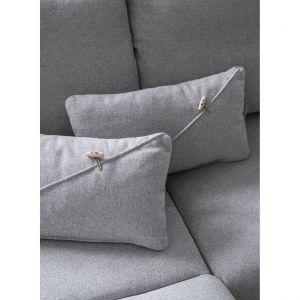 Miła w dotyku tkanina, stonowane kolory, łagodne kształty siedzisk i podłokietnik idealnie wkomponowany w oparcie tworzą ponadczasowy model kanapy, która nie wychodzi z mody po jednym sezonie. Fot. Miuform/B-Line