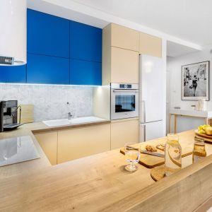 Jasną kuchnię ożywiają niebieskie szafki. Projekt: Joanna Nawrocka, JN Studio Joanna Nawrocka. Fot. Łukasz Bera