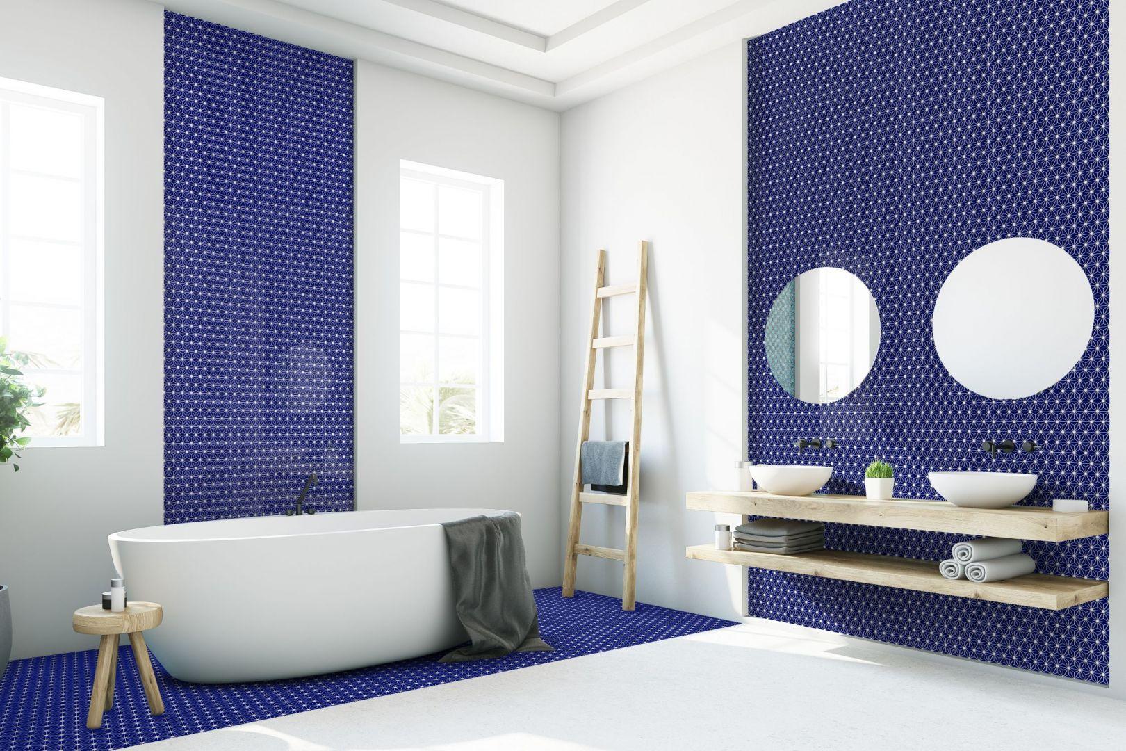 Granat jest świetnym kolorem bazowym do wielu połączeń kolorystycznych – zarówno bardziej stonowane i spokojne jak i te mocno kontrastowe, energetyczne zestawienia. Fot. Raw Decor