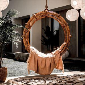 Fotel wiszący Monnarita Kai wygląda niczym tajemniczy pierścień, przenoszący w czasie i przestrzeni. Cena: 1.490 zł.
