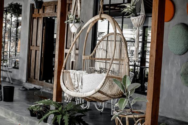 Ręcznie robione meble i dodatki toprosto z Bali to idealny pomysł na aranżację tarasu oraz balkonu. Są trwałe, solidne i mają nowoczesny, ponadczasowy design. Dzięki nim na swoim tarasie lub na swoim balkonie poczujesz się niczym na egzotycznyc