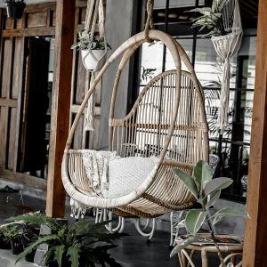 Fotel wiszący Monnarita Henry ręcznie wykonany wyłącznie z najwyższej jakości rattanu pochodzącego z indonezyjskich upraw. Cena: 1.470 zł.