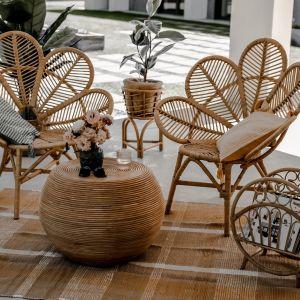 Fotel Monnarita Monna Kwiat przede wszystkim zachwyca kunsztownie wyplecionym siedziskiem, który na myśl przywodzi tropikalny kwiat. Cena: 1.190 zł.