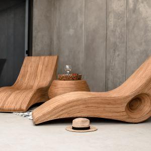 Leżak rattanowy Monnarita Tegal wykonany przez indonezyjskich rzemieślników z naturalnego koniakowego rattanu. Cena: 2.190 zł.