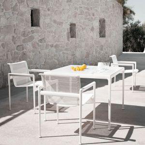 Ramy krzeseł, stołów i stolików pokryte są poliestrową powłoką proszkową dostępną w różnej palecie barw, a więc odporne na korozje. Fot. Knoll / Mood Design