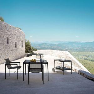 Blaty stołów dostępne są w wersjach z białego włókna szklanego, ultra przezroczystego szkła hartowanego, porcelanowej emalii oraz drewna tekowego. Fot. Knoll / Mood Design