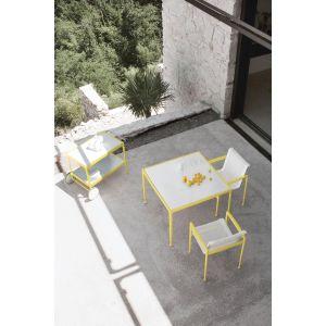 Na kolekcję ogrodową Knoll składają się: regulowany szezlong, krzesła, kilkuosobowe sofy oraz stoły i stoliki barowe. Fot. Knoll / Mood Design