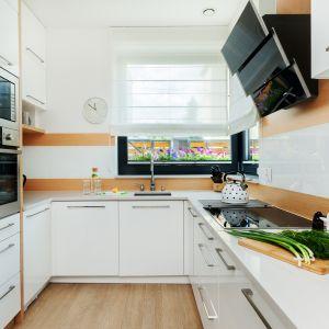 W klasycznym, polskim budownictwie jedno- i wielorodzinnym przez lata kuchnie projektowane były jako osobne pomieszczenie, które często było zamykane i nie stanowiło strefy reprezentacyjnej. Projekt Justyna Mojżyk, Piotr Stepaniuk, poliFORMA. Fot. Monika Filipiuk-Obałek