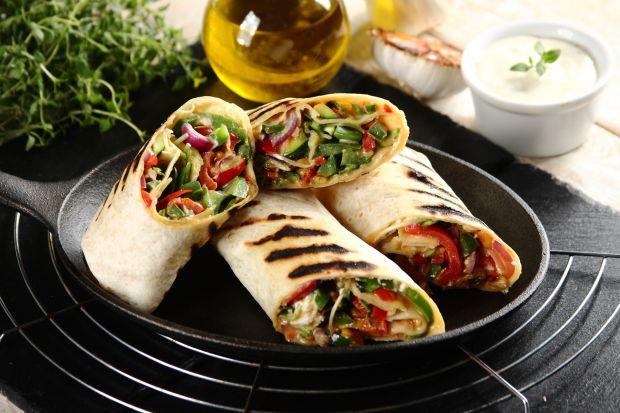 Grillowanie jest fantastycznym sposobem na odejście od kulinarnej rutyny. To okazja zarówno do wyruszenia poza cztery kuchenne ściany, jak i zmiany metody obróbki żywności oraz sięgnięcia po nowe receptury. Nie samymi kiełbaskami i karkówką kuc