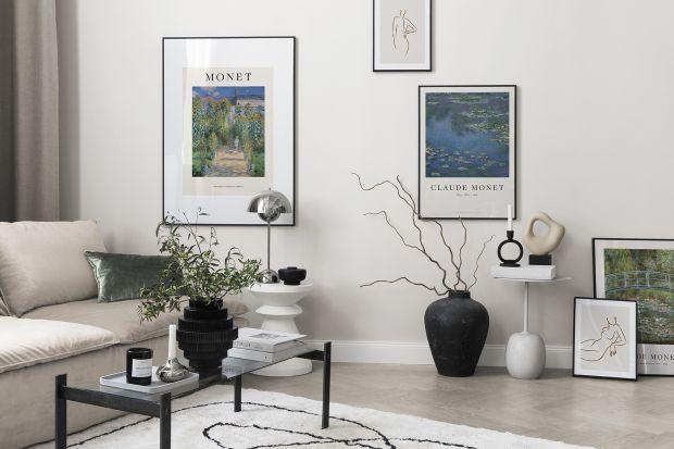 Kolekcja modnych plakatów w stylu galerii sztuki, przedstawiających dzieła sławnych artystów to doskonały pomysł na dekorację ściany nie tylko w salonie.