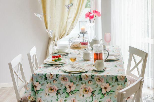 W tym wyjątkowym dniu podaruj swojej Mamie to, co najpiękniejsze – wspólny czas, spędzony przy domowym stole, na spacerze lub w Waszej ulubionej kawiarni na snuciu opowieści i przywoływaniu wspomnień. Nie zapomnij o drobiazgu, który sprawi jej r