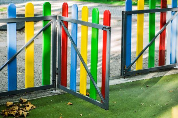 Jakie wymagania prawne stawiane są ogrodzeniom? Czy można używać drutu kolczastego lub innych ostrych elementów do wykonania ogrodzenia? Jak powinny otwierać się bramy i furtki - na zewnątrz czy do wewnątrz? Dowiedz się i sprawdź, jeśli wykonu