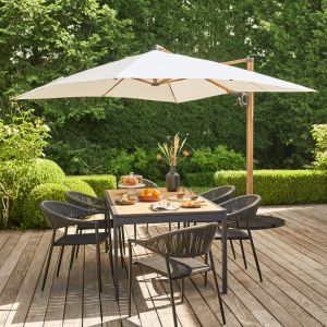 Stół Morlaix i krzesła Coline z parasolem Naya. Fot. Castorama