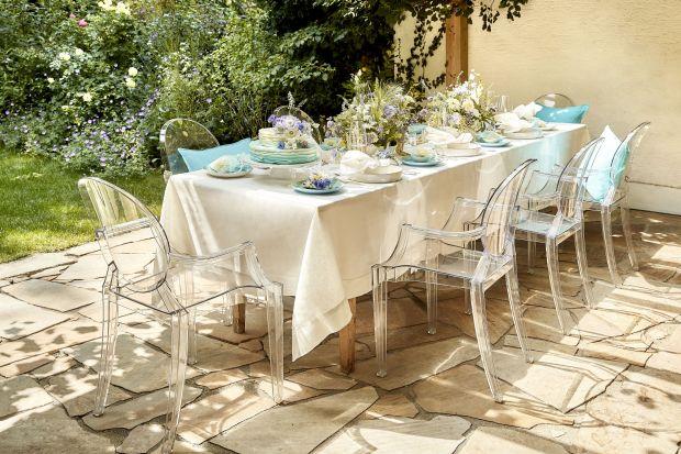 Jak urządzić jadalnię w ogrodzie? Jakie meble wybrać? Które dodatki będą najciekawsze? Zobacz jak pięknie i efektownie zaaranżować przestrzeń jadalni na świeżym powietrzu.