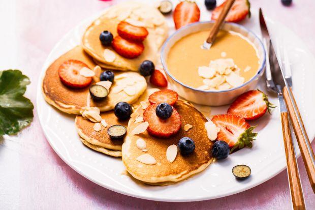 Pancakesy najczęściej występują w duecie z syropem klonowy. Dziś jednak proponujemy coś zupełnie innego. Pancakesy bananowe z masłem orzechowym i ulubionymi owocami,które nasycą każdego głodomora.Polecamy pyszny, sprawdzony przepis. Życzy