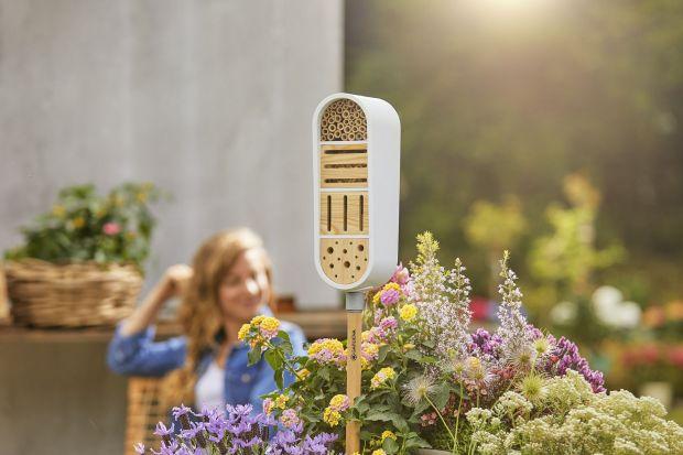ClickUp! to nowy,ciekawt system, który idealnie sprawdzi się zarówno w ogrodzie, jak i na balkonie. Specjalny trzonek i wymienne elementy, takie jak: hotel dla owadów, karmnik, deszczomierz, doniczka i pochodnia, uczynią nasz ogród piękniejszym,