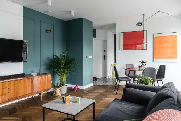 Wnętrze zaprojektowane przez trójmiejski duet architektek and.home dla pary młodych ludzi to kolorowa i świeża mieszanka gdyńskiego luzu, modernistycznych akcentów, klasyków PRL-u i mebli oraz dodatków od młodych polskich projektantów.